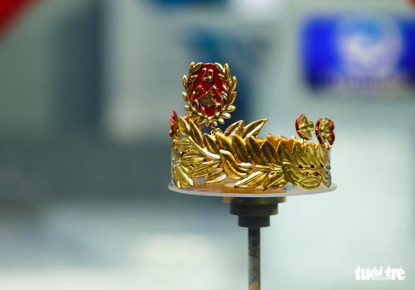 Vòng nguyệt quế Olympia sơn son thếp vàng bốn số 9 có một không hai - Ảnh 1.