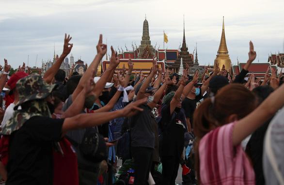 Người Thái phá vỡ cấm kỵ 90 năm, công khai thách thức hoàng gia - Ảnh 4.