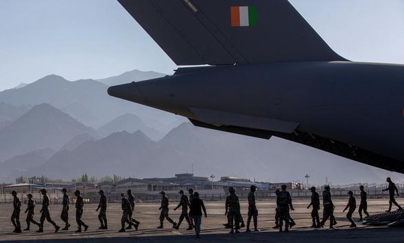 Lính Ấn bám trụ ở biên giới với Trung Quốc được dân làng tiếp tế - Ảnh 2.