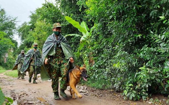 Lính quân hàm xanh ngăn dịch COVID-19 nơi biên ải Tây Nam - Ảnh 1.