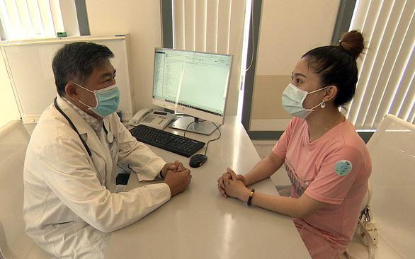 Suýt bỏ cuộc sau 10 lần mổ, nữ bệnh nhân vượt qua bệnh khó nói tìm lại cuộc đời - Ảnh 1.