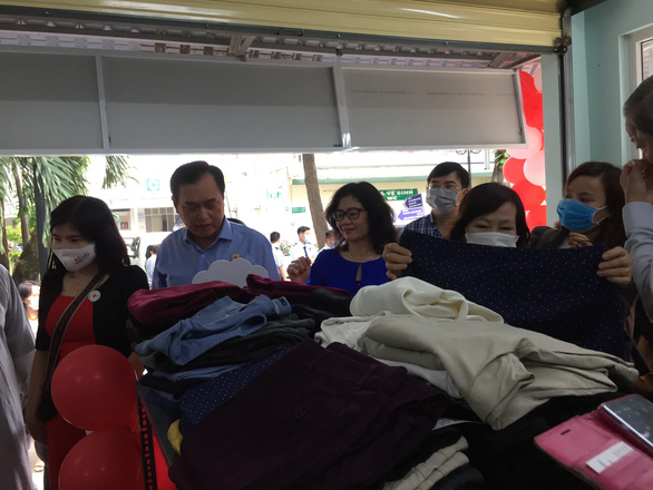 Gian hàng san sẻ yêu thương với bệnh nhân nghèo ở BV Nguyễn Tri Phương - Ảnh 1.
