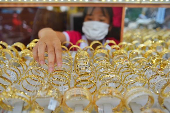 Giá vàng thế giới bất ngờ bốc hơi, giá trong nước còn treo cao - Ảnh 1.