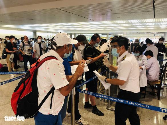 Mới: Bộ Y tế hướng dẫn tạm thời giám sát người nhập cảnh vào Việt Nam - Ảnh 1.