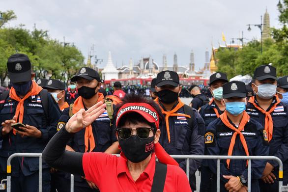 Thái Lan dọa xử người gắn bảng đất nước thuộc về dân, thách thức hoàng gia - Ảnh 1.