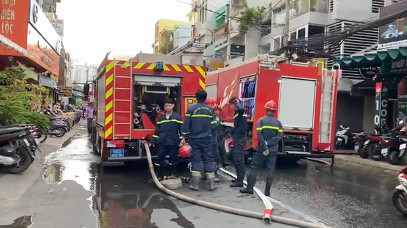 Chiến sĩ PCCC bị thương trong lúc chữa cháy nhà trong hẻm - Ảnh 2.