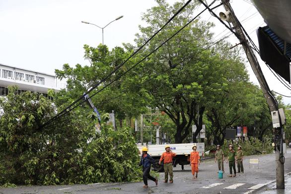 Vì sao bão số 5 chỉ mạnh cấp 8 nhưng 272 cột điện ở Huế gãy đổ? - Ảnh 2.