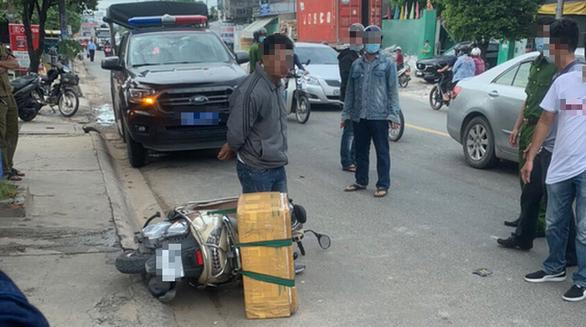 Chở rắn hổ chúa khủng nặng 20kg đi giao, người đàn ông bị công an tạm giữ - Ảnh 1.