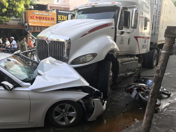 Vụ xe container tông ôtô, nhiều xe máy: nạn nhân gãy xương, suy hô hấp - Ảnh 2.