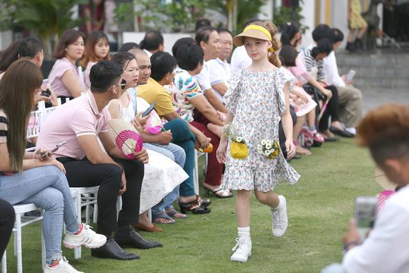 Nghệ sĩ Thành Lộc, siêu mẫu Thanh Hằng - Lan Khuê diễn thời trang trung thu - Ảnh 3.