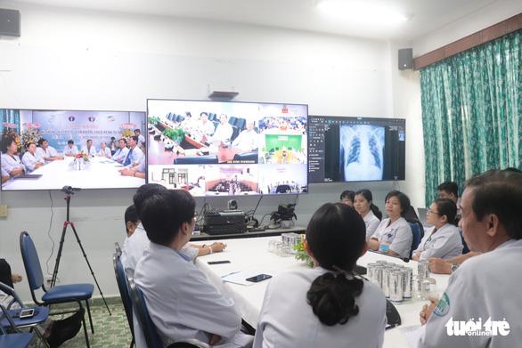 Bệnh viện Bệnh nhiệt đới vận hành trung tâm tư vấn khám bệnh từ xa - Ảnh 1.