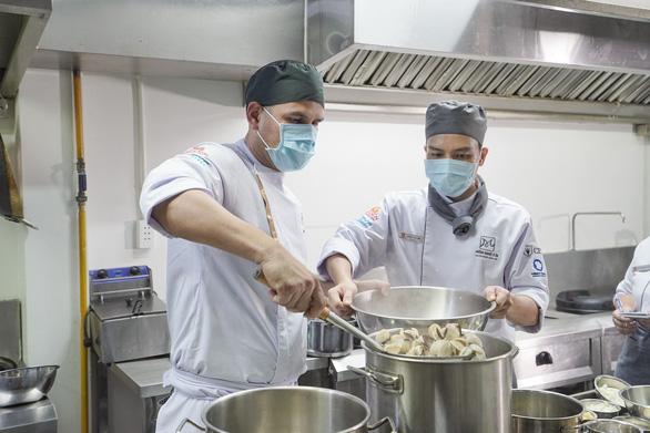 Chuyên gia quốc tế nặng lòng với trường nghề Việt - Ảnh 1.