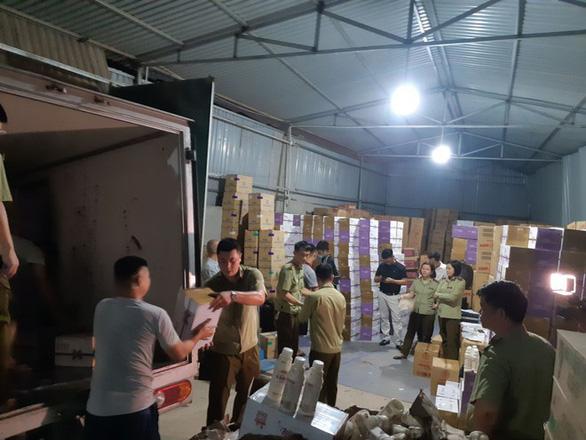 Tạm giữ hơn 10.000 chai sữa chua do Trung Quốc sản xuất - Ảnh 2.