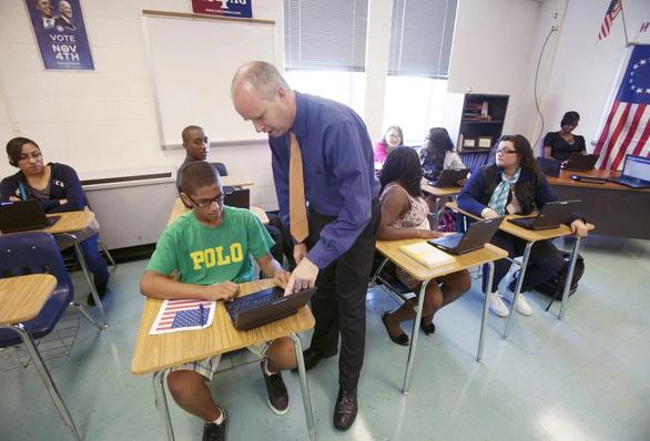 Cho học sinh dùng điện thoại trong lớp: Chuyện đau đầu ở nhiều nước - Ảnh 1.