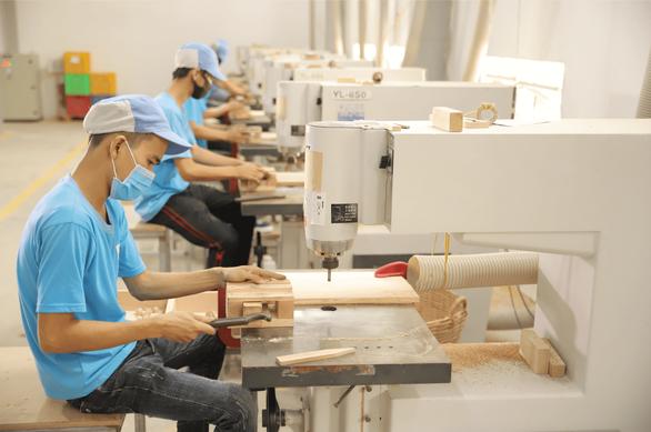các công nhân sản xuất các sản phẩm đồ gỗ cao cấp xuất khẩu sang nhật bản, mỹ và châu âu tại nhà máy của nam hoa - ảnh phương hạ (1)