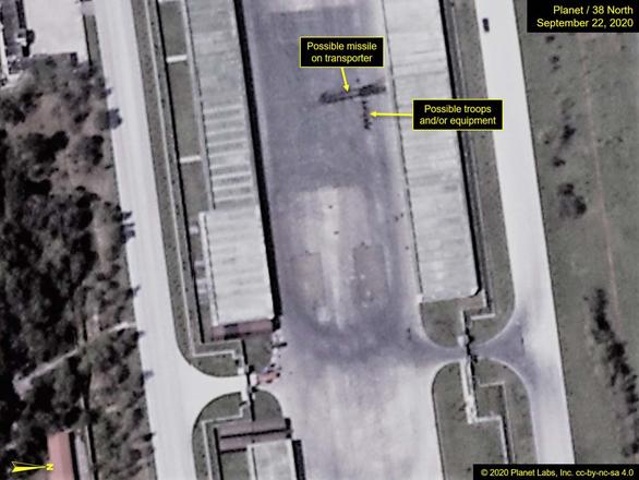 Ảnh vệ tinh phát hiện xe chở tên lửa đạn đạo cỡ lớn ở Triều Tiên - Ảnh 1.