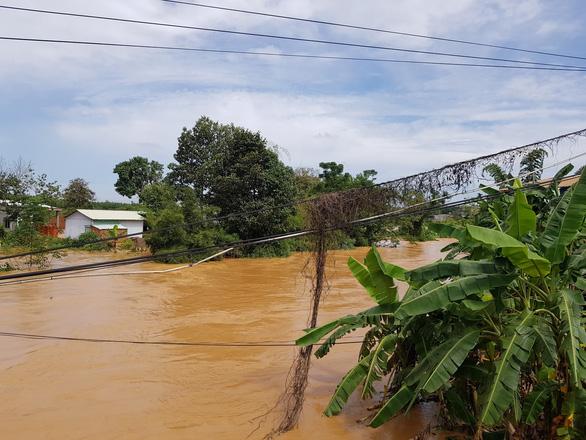 Lũ đột ngột đổ về thành phố Đồng Xoài, có nơi cao 1,5m, sơ tán dân khẩn cấp - Ảnh 2.