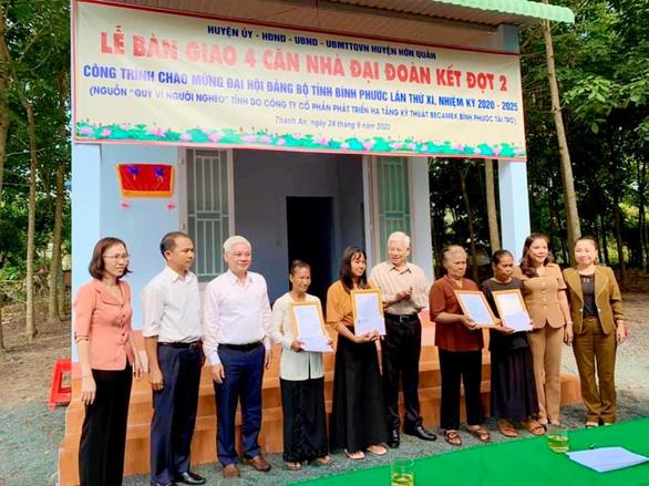 Nguyên Chủ tịch nước Nguyễn Minh Triết dự lễ bàn giao nhà đại đoàn kết ở Bình Phước - Ảnh 1.