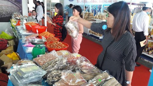 Cá kho làng Vũ Đại, nem chả Bến Tre cùng hàng ngàn đặc sản vùng miền đổ về TP.HCM - Ảnh 1.