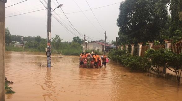 Lũ đột ngột đổ về thành phố Đồng Xoài, có nơi cao 1,5m, sơ tán dân khẩn cấp - Ảnh 3.