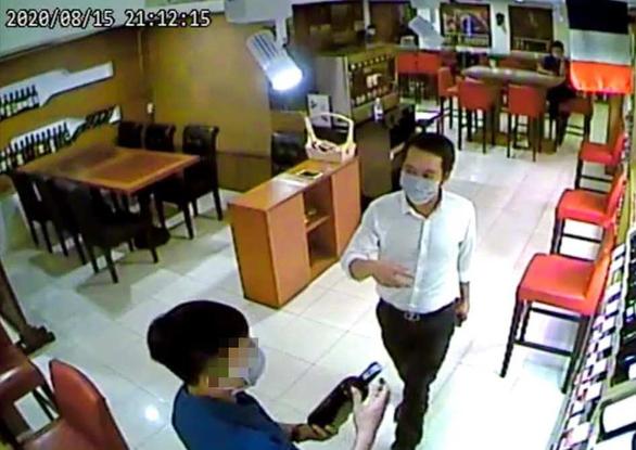 Bắt nghi phạm chuyên lừa đảo mua điện thoại, rượu ở TP.HCM - Ảnh 1.