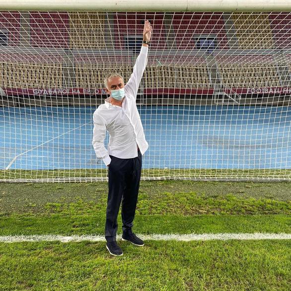 HLV Mourinho yêu cầu đổi khung thành trước trận thắng ở Europa League vì… quá nhỏ - Ảnh 1.