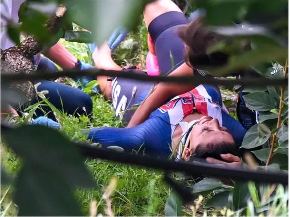 Video: Tay đua vô địch thế giới lao xe vào lan can bên đường - Ảnh 2.