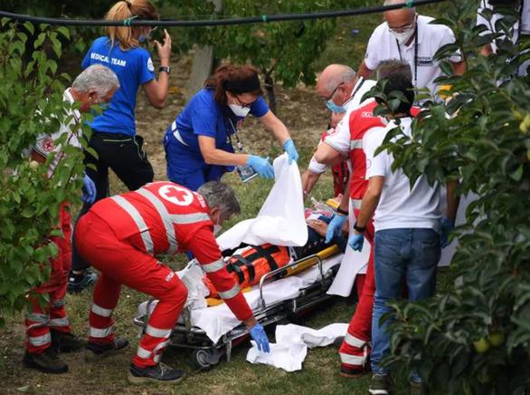 Video: Tay đua vô địch thế giới lao xe vào lan can bên đường - Ảnh 3.