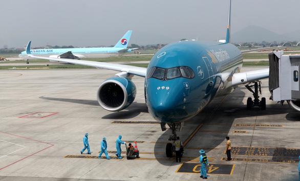 Chuyến bay thương mại quốc tế đầu tiên chở khách từ Hàn Quốc về Việt Nam - Ảnh 1.