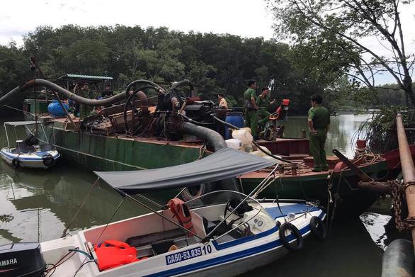 Bắt thuyền và sà lan dùng 20 vòi rồng hút cát từ sông Đồng Nai - Ảnh 1.
