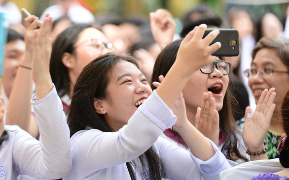 Cho học sinh dùng điện thoại trong lớp: 3 lợi ích và 3 nguy cơ - Ảnh 1.