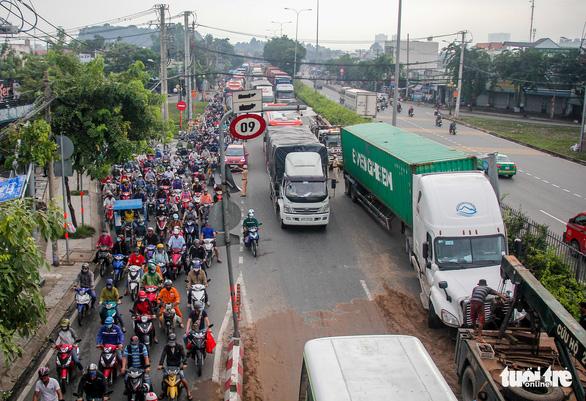 Hai xe container va chạm, quốc lộ 1 qua Thủ Đức kẹt xe nghiêm trọng - Ảnh 2.