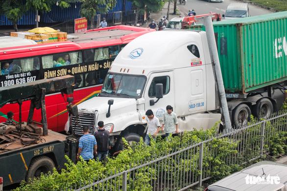 Hai xe container va chạm, quốc lộ 1 qua Thủ Đức kẹt xe nghiêm trọng - Ảnh 7.
