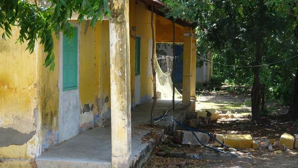 Trường cũ sắp sập, phụ huynh vẫn không muốn cho con đi trường mới vì... xa hơn 3km - Ảnh 1.