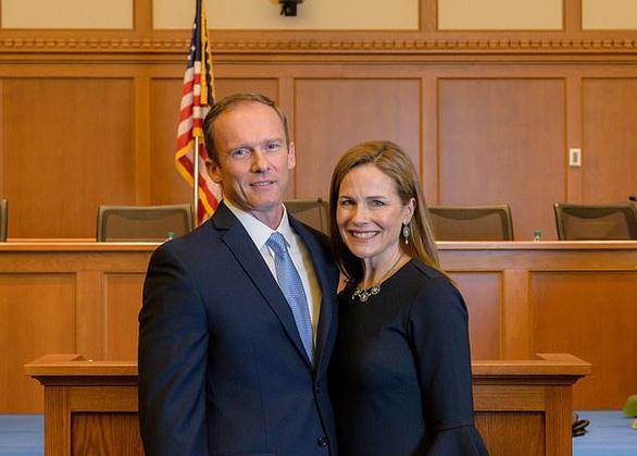 Amy Coney Barrett - người được đề cử làm thẩm phán tòa án tối cao Mỹ là ai? - Ảnh 2.