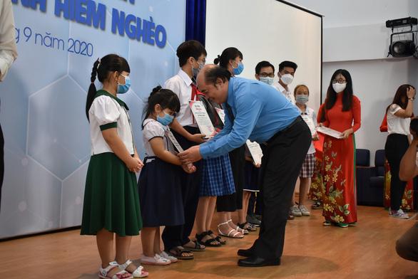 110 con em các công nhân khó khăn, bệnh hiểm nghèo được nhận học bổng - Ảnh 1.