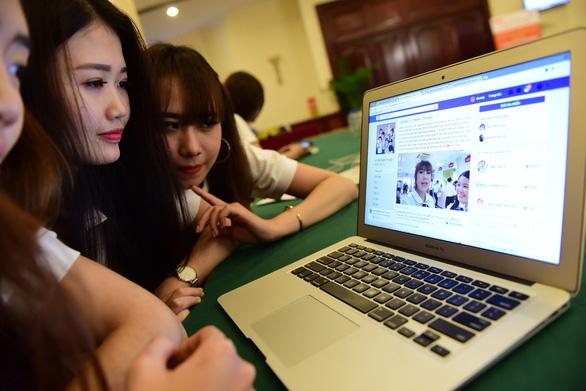 Bùng nổ người nổi tiếng bán hàng online ''giá cắt cổ'