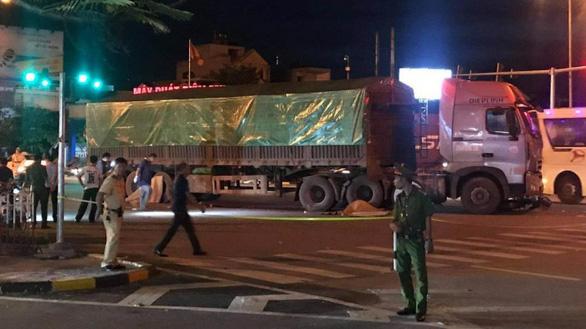 Va chạm với xe tải, cha bị thương, hai con nhỏ thiệt mạng - Ảnh 1.