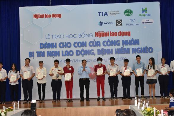 110 con em các công nhân khó khăn, bệnh hiểm nghèo được nhận học bổng - Ảnh 2.