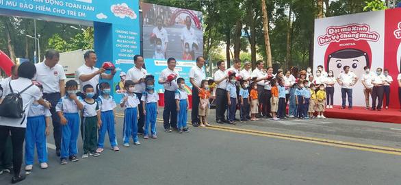 Phó thủ tướng Trương Hòa Bình đi bộ vận động đội mũ bảo hiểm cho trẻ em - Ảnh 2.
