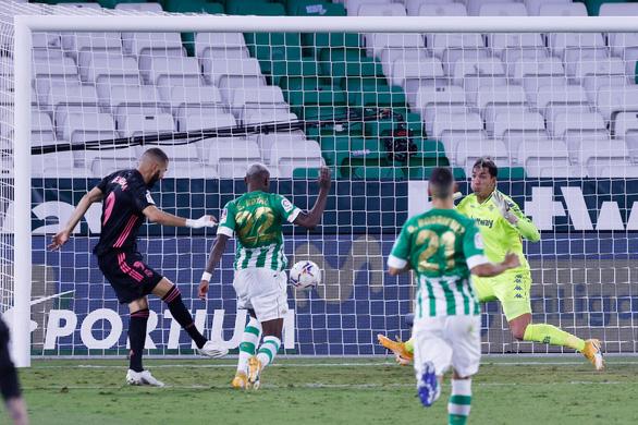 Real Madrid thắng 10 người của Betis nhờ... quả phạt 11m phút 83 - Ảnh 2.