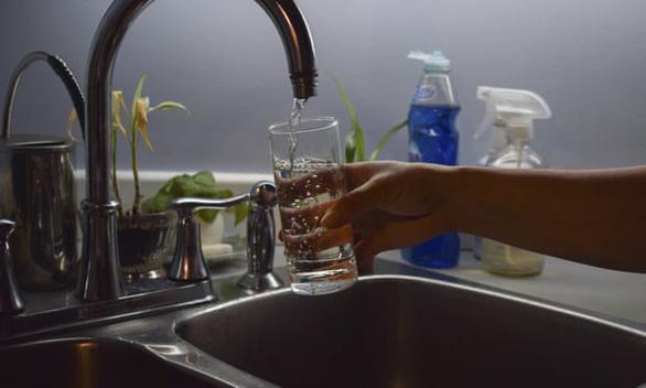 Người dân 8 thành phố ở Mỹ ngưng xài nước máy vì amip ăn não - Ảnh 1.