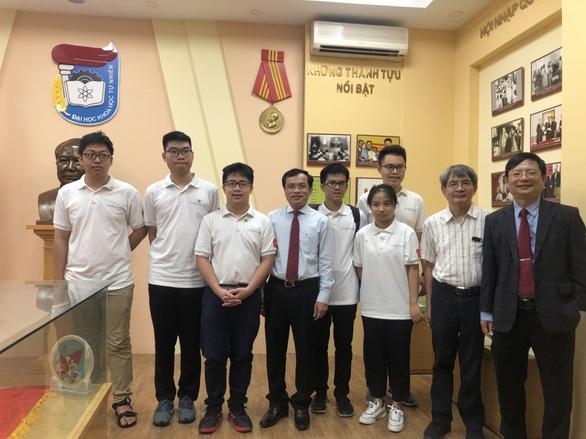 Việt Nam giành 2 huy chương vàng tại Olympic Toán học quốc tế năm 2020 - Ảnh 1.