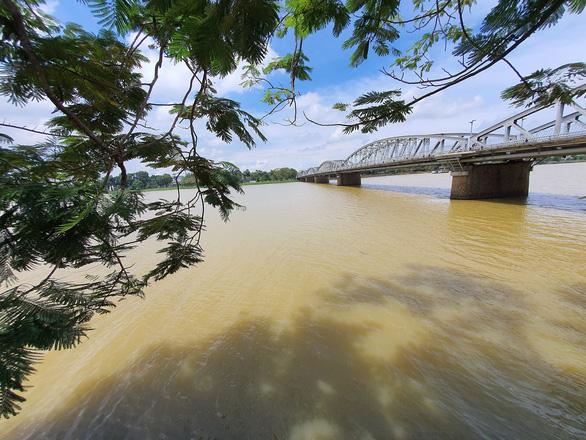 Sông Hương chuyển màu vàng đục khác thường - Ảnh 1.