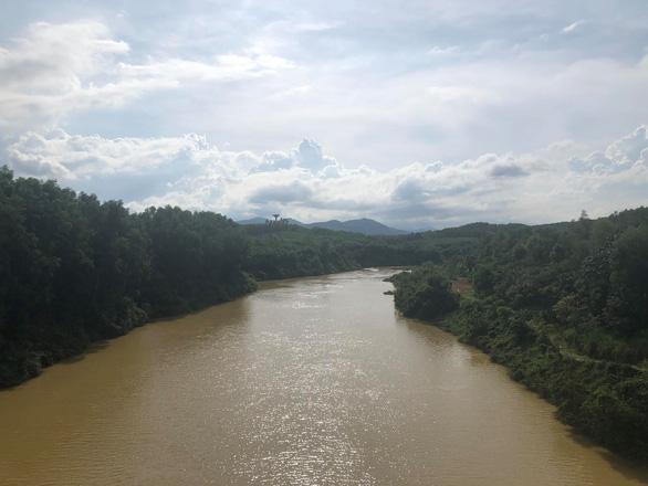 Sông Hương chuyển màu vàng đục khác thường - Ảnh 2.