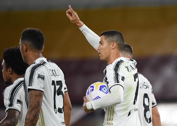 Ronaldo lập cú đúp cứu Juve trên sân khách AS Roma - Ảnh 1.