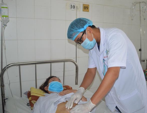 Nuốt cơm chữa hóc xương, bị xương đâm thủng ruột - Ảnh 1.