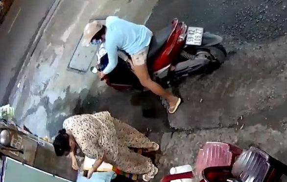 Bà cụ bị người mua nước lấy trộm túi tiền: 'Không ngờ người lớn dạy trẻ con ăn cắp - Ảnh 3.