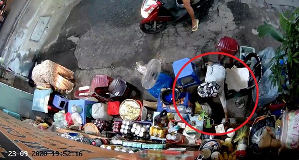 Bà cụ bị người mua nước lấy trộm túi tiền: 'Không ngờ người lớn dạy trẻ con ăn cắp - Ảnh 2.