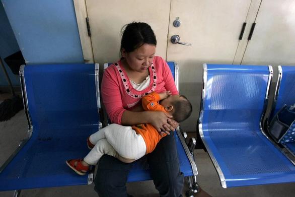 Nhóm nghiên cứu Trung Quốc: Sữa mẹ ngăn ngừa lây nhiễm COVID-19 - Ảnh 1.